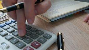 使用计算器的商人检查的财务成果 影视素材