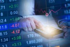 使用计算器的女商人手特写镜头在书桌,股市概念的纸 免版税库存照片