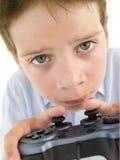 使用计算机游戏年轻人的男孩管理员 免版税图库摄影