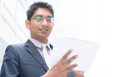 使用计算机片剂的印地安商人 免版税库存照片