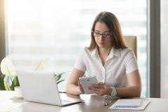 使用计算机片剂的年轻女实业家在书桌 库存照片