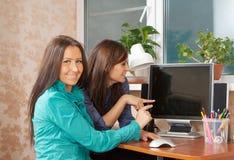 使用计算机的二名妇女 免版税库存照片