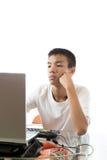使用计算机的亚裔少年 库存照片