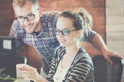 使用计算机的偶然企业夫妇在办公室 免版税库存照片