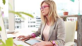 使用计算机的偶然妇女在办公室 影视素材