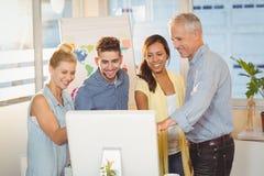 使用计算机的商人在会议室 免版税库存照片