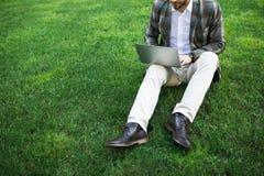 使用计算机的大忙人在自然 免版税库存照片