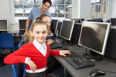 使用计算机的女孩在学校课程 库存图片