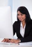 使用计算机的女性顾客代表 免版税库存照片