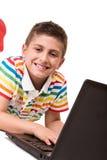使用计算机的孩子 免版税库存图片