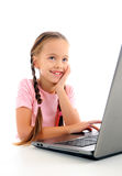 使用计算机的小女孩 库存图片