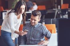使用计算机的年轻偶然企业夫妇在办公室 Coworking,显示新的起始的想法的创造性的经理 库存图片