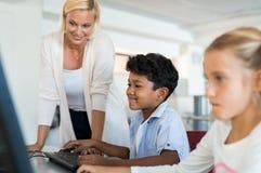 使用计算机的年轻男孩 图库摄影