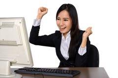 使用计算机的微笑的愉快的妇女 库存图片