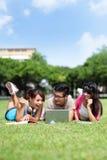 使用计算机的愉快的大学生 免版税库存图片