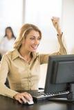 使用计算机的成功的女实业家在书桌 库存照片
