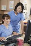 使用计算机的护士在诊所 库存照片