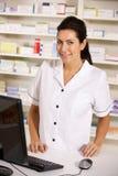 使用计算机的美国药剂师在药房 免版税图库摄影