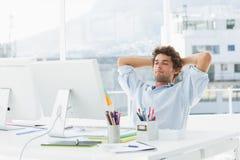 使用计算机的被集中的偶然商人 免版税库存照片