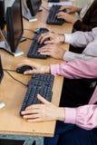 使用计算机的资深学生在书桌 库存照片