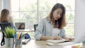 使用计算机答复在书桌上的亚裔客服妇女顾客电子邮件 股票录像