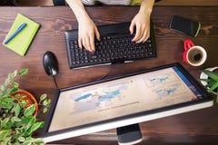 使用计算机顶视图的自由职业者 库存照片