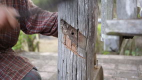 使用设备的木匠特写镜头修理家具 股票录像