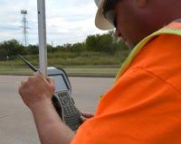 使用设备的测量员在领域 库存照片