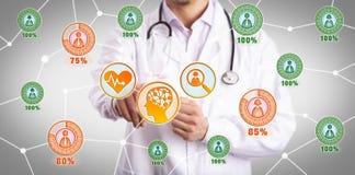 使用诊断AI的应用程序的年轻医师患者 免版税库存照片