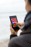 使用诺基亚Lumia的妇女1020 免版税图库摄影