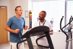 使用踏车的患者在医院物理疗法部门 免版税图库摄影