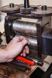 使用轧板机的宝石工人 库存图片