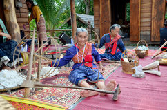 使用转动的棉花螺纹机器的Phu泰国人为展示tr 免版税库存图片
