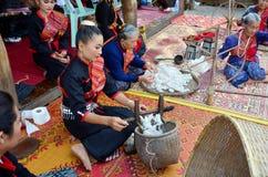 使用转动的棉花螺纹机器的Phu泰国人为展示tr 免版税图库摄影