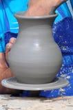 使用轮子的人员陶瓷工 免版税图库摄影