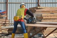 使用通报的木匠在建造场所看见了 免版税图库摄影