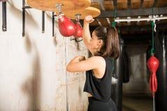 使用速度袋子的拳击手为训练 免版税库存照片