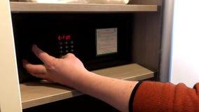 使用酒店房间保险柜的人 股票录像