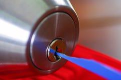 使用金属的锁匠的特写镜头手采摘工具打开锁着的门 库存照片