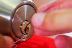 使用金属的锁匠的特写镜头手采摘工具打开锁着的门 图库摄影