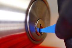 使用金属的锁匠的特写镜头手采摘工具打开锁着的门 免版税库存照片