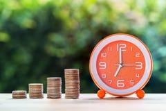 使用金钱投资保存时间和资源概念 免版税库存图片