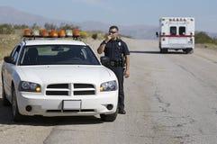 使用钶收音机的警察 免版税库存图片