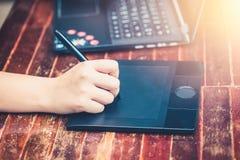 使用铁笔笔的数字式艺术家对工作 免版税库存图片