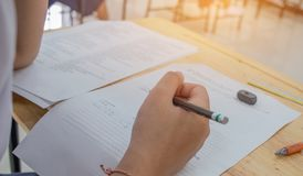 使用铅笔关于白色答复纸的学生文字信息 库存图片