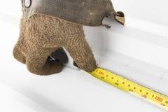 使用铅笔和测量的板条 免版税库存照片