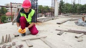 使用锤子的体力工人在建造场所
