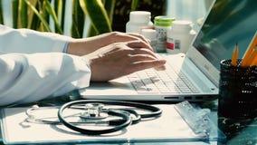 使用键盘的一位男性医生的特写镜头 股票视频