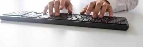 使用键盘的程序员的宽看法图象 库存照片