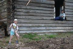 使用锹,乡下俄国女孩工作土壤 图库摄影